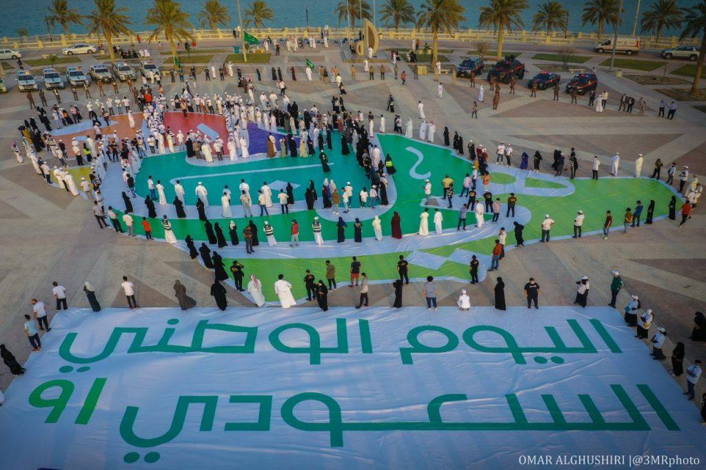 أكبر لوحة فنية لليوم الوطني تزين كورنيش الخبر.. (فيديو وصور)