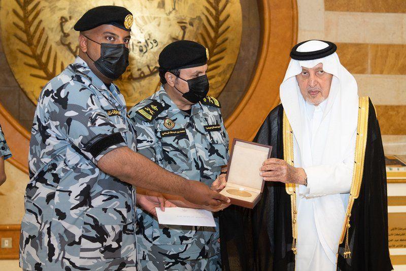 أمير مكة يُكرّم الجندي أول فايز الغامدي نظير موقفه الإنساني مع معتمرٍ (فيديو)