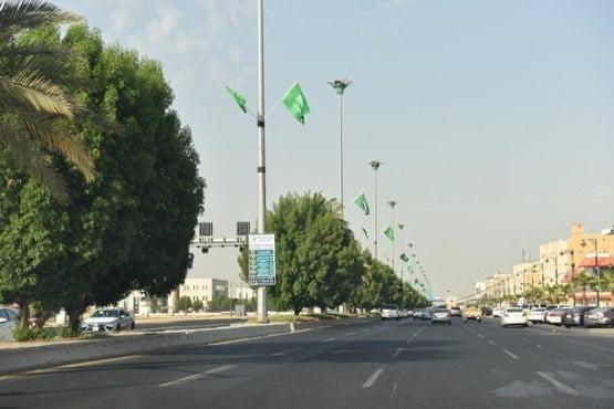 تبوك تتزين بالأعلام والإضاءات الخضراء لاستقبال اليوم الوطني