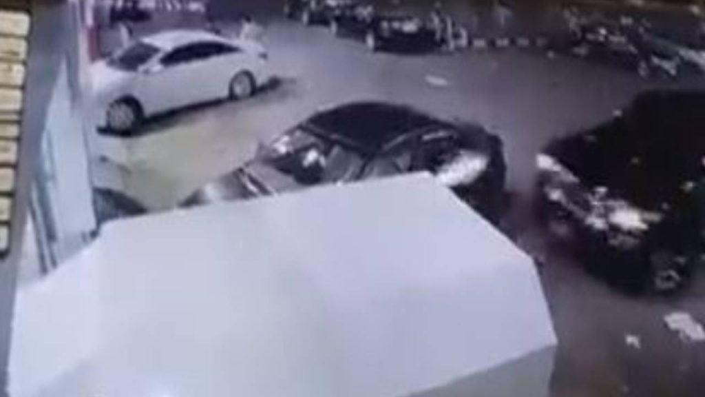 فيديو يوثق كارثة لعامل بمغسلة سيارات أثناء محاولته تغيير مكان إحدى المركبات
