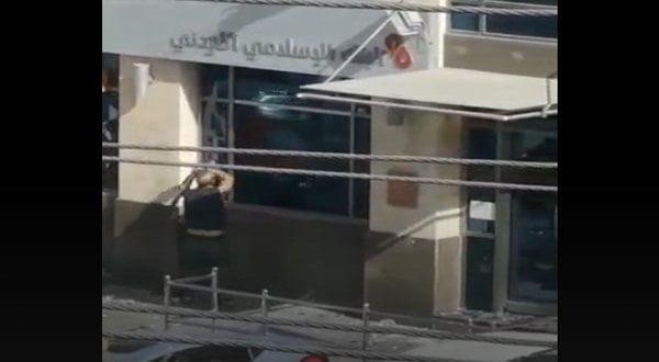 أردني غاضب يحطم واجهة بنك في عمان.. والشرطة تلقي القبض عليه (فيديو)