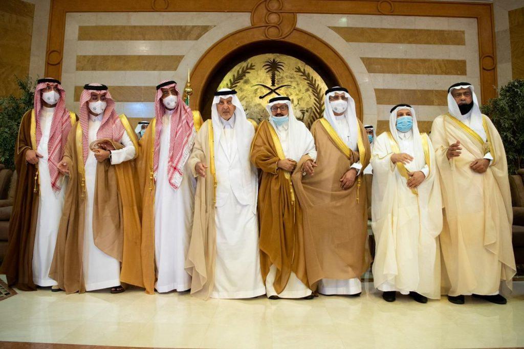 الأمير خالد الفيصل يشارك في العرضة ضمن فعاليات اليوم الوطني (فيديو)