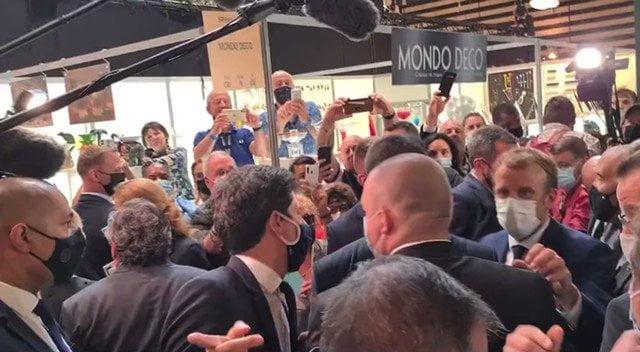 شخص يقذف الرئيس الفرنسي بجسم كروي أثناء زيارته معرض في ليون (فيديو)