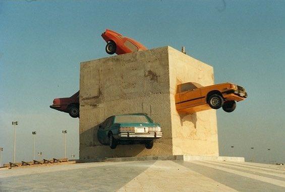 فيديو يوثق لحظة نقل مُجسَّم مكعب السيارات الشهير من كورنيش جدة