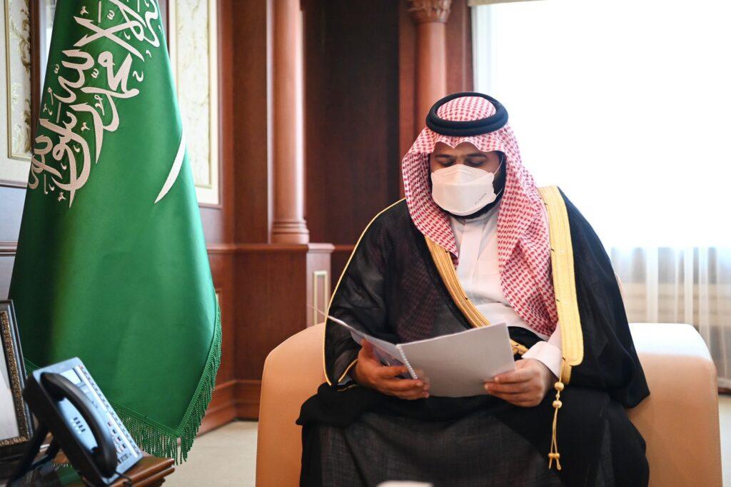 أمير منطقة جازان بالنيابة يتسلم تقريرًا لجهود وإنجازات إدارة الجوازات بالمنطقة