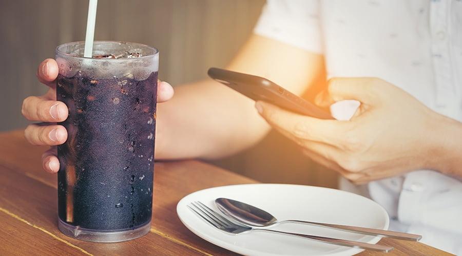 وفاة شاب بعد تناوله 1.5 لتر مشروبات غازية خلال 10 دقائق.. وأطباء يحددون 13 ضررًا صحيًا