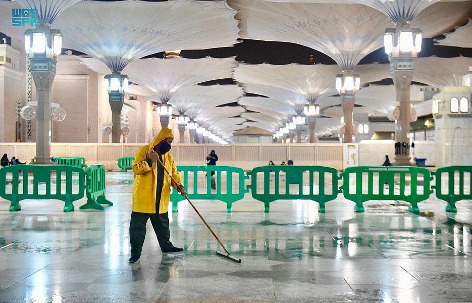 استهلاك 30 ألف لتر من مواد التعقيم لتنظيف المسجد النبوي