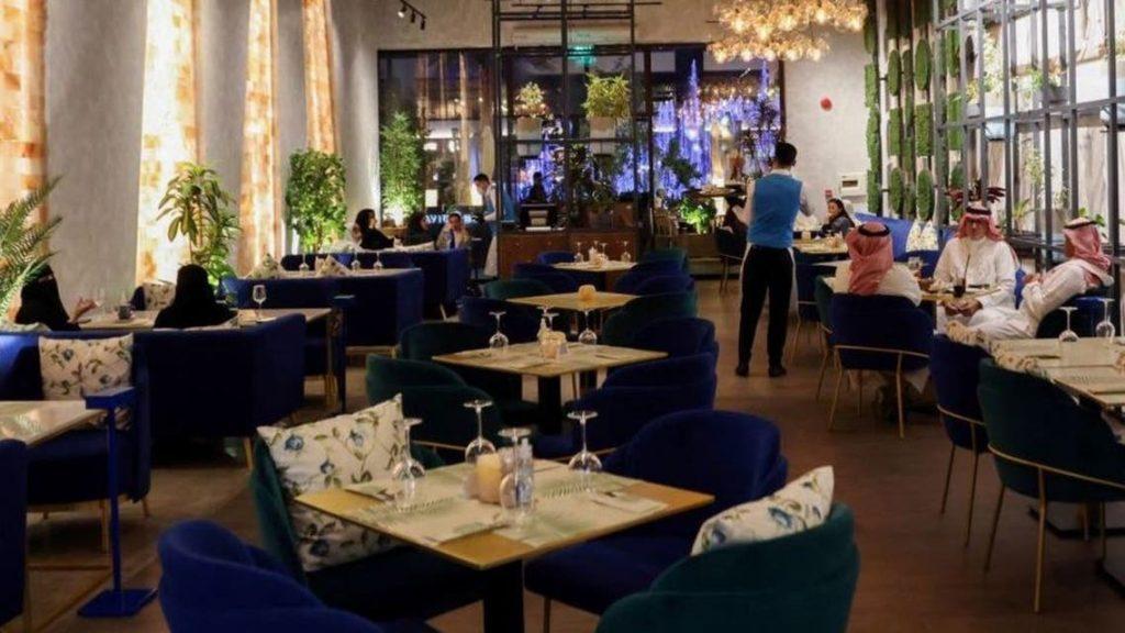 """""""المركزي"""": أكثر من 1.2 مليار ريال أنفقها المستهلكون على المطاعم والمقاهي خلال أسبوع"""