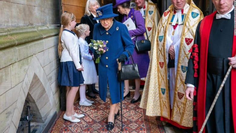 للمرة الأولي.. الملكة اليزابيث تتكأ على عكاز في حدث مهم