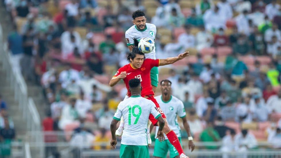مشجعو المنتخب الصيني ينظفون المدرجات عقب مباراة الأخضر (فيديو)