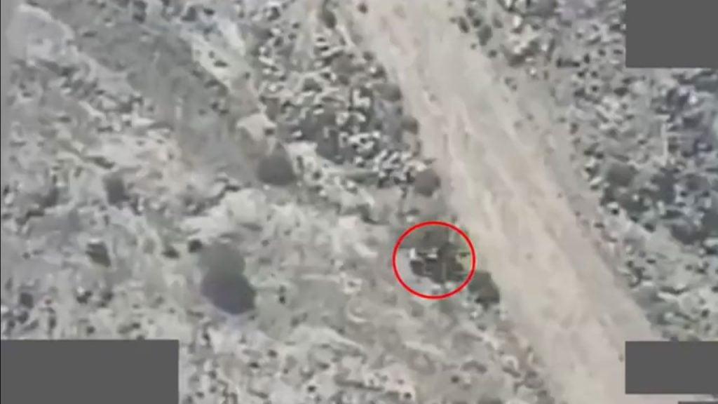 """لحظة استهداف آليات عسكرية لمليشيا الحوثي بـ""""العبدية"""" ومقتل 108 من عناصرها (فيديو)"""
