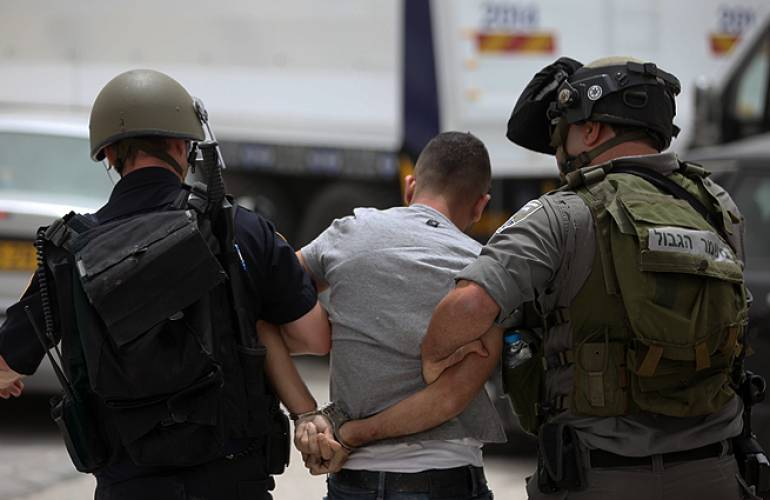 """فلسطيني يوثق لحظة اعتقال قوة إسرائيلية له عبر """"بث مباشر"""" على فيسبوك"""